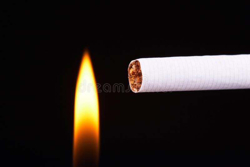Allumez une cigarette photo libre de droits