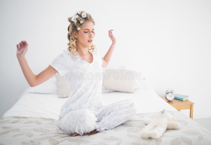 Allungamento biondo splendido sul letto accogliente fotografia stock libera da diritti