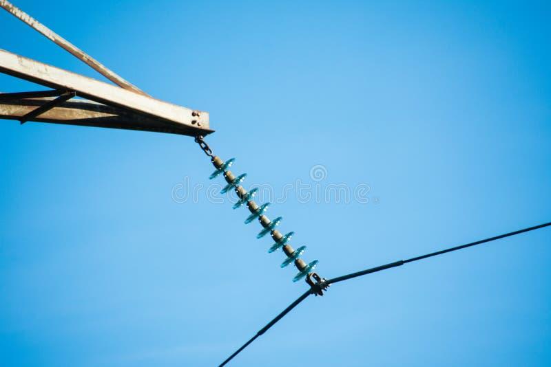 Allungamento dei cavi ad alta tensione con gli isolanti immagini stock