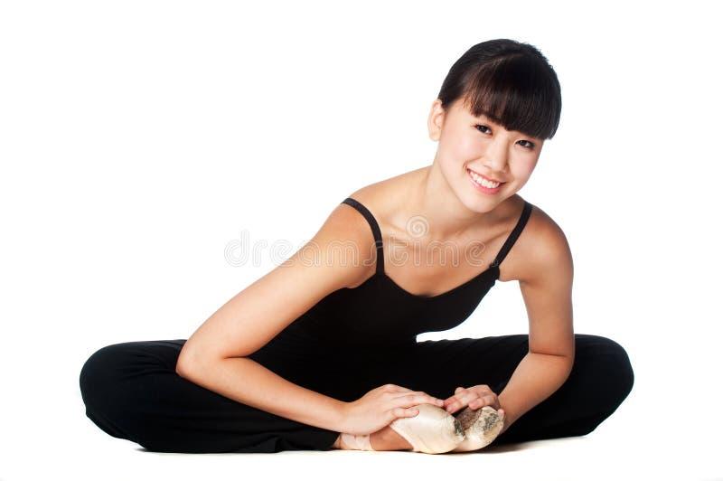 Allungamento della ballerina immagini stock libere da diritti