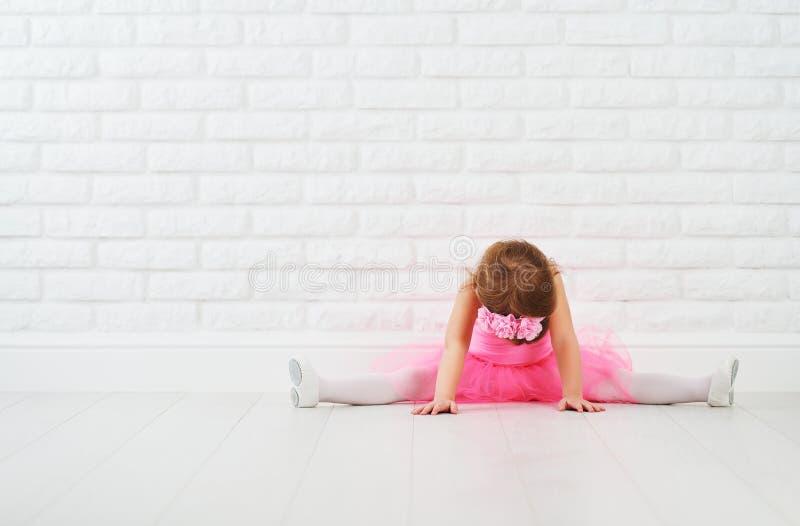 Allungamento della ballerina di balletto del ballerino della bambina fotografia stock