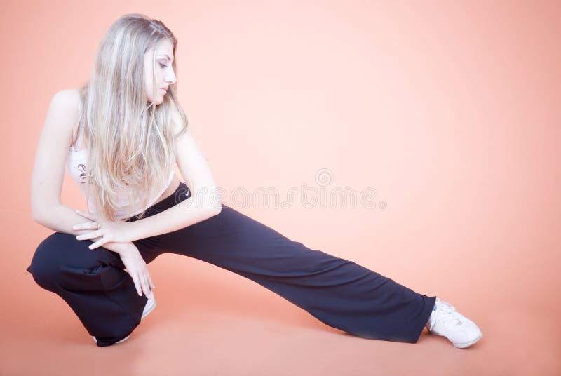 Allungamento della donna fotografia stock
