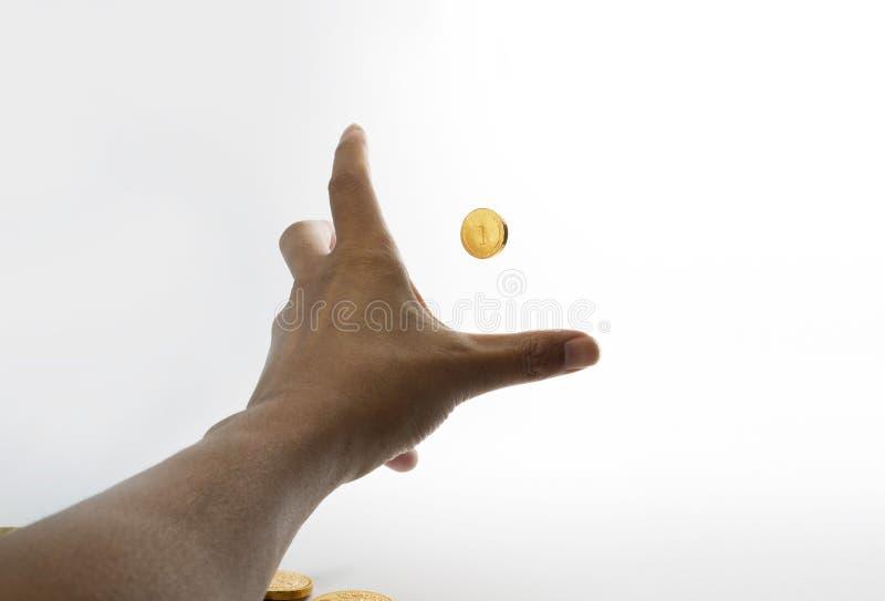 Allungamento delle mani per afferrare punto di vista della persona della moneta di oro primo immagine stock