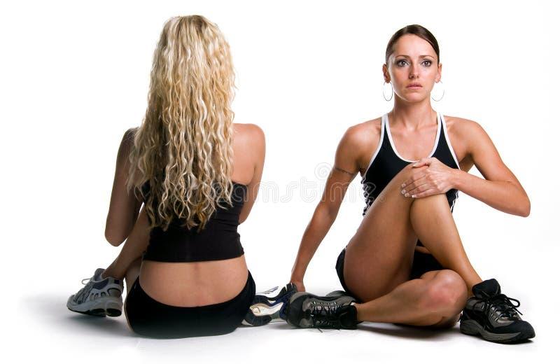 Allungamento delle ragazze di forma fisica   fotografia stock