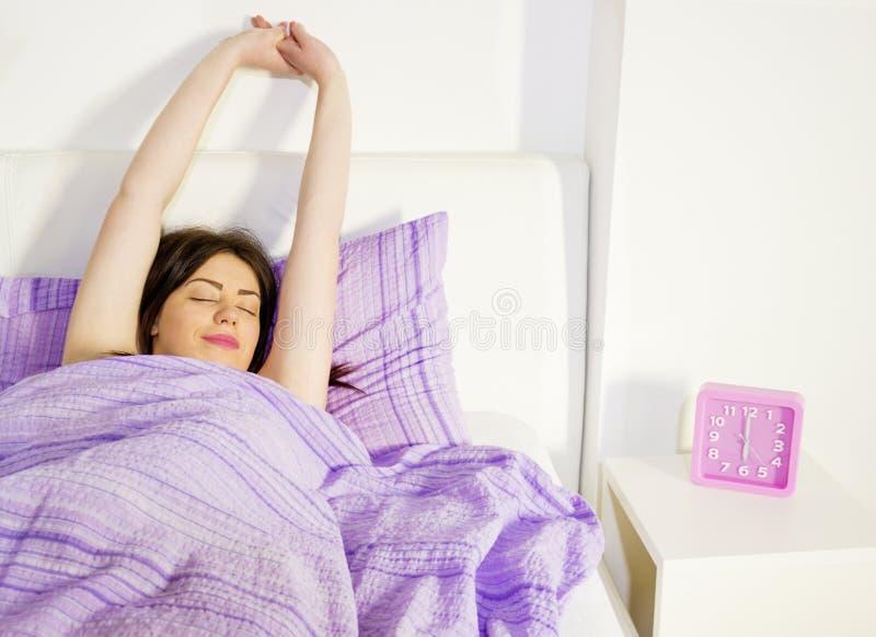 Allungamento di mattina Appena poco più tempo a letto immagine stock libera da diritti