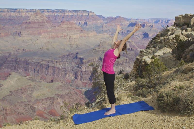 Allungando yoga al grande canyon fotografie stock
