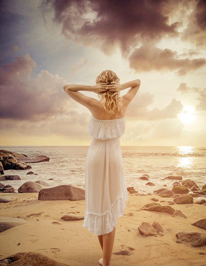 Alluring молодая женщина идя на пляж лета стоковые фотографии rf