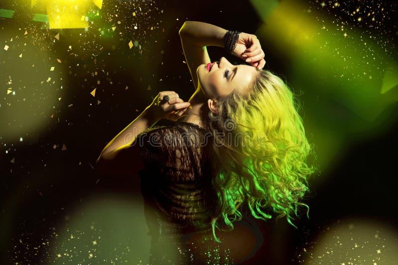 Download Alluring танцы женщины на танцплощадке Стоковое Фото - изображение: 50206950