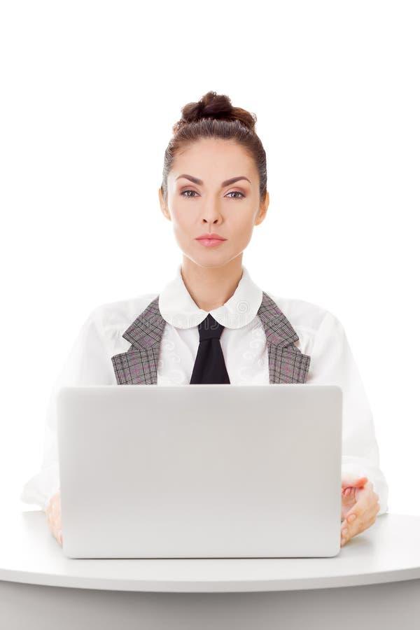 Allvarlig affärskvinna som använder bärbar datordatoren royaltyfri fotografi