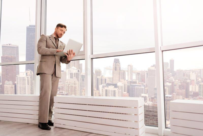 Allvarlig affärsman som arbetar i kontoret arkivfoton