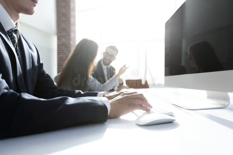 Allvarlig affärsman som arbetar på datoren royaltyfria foton