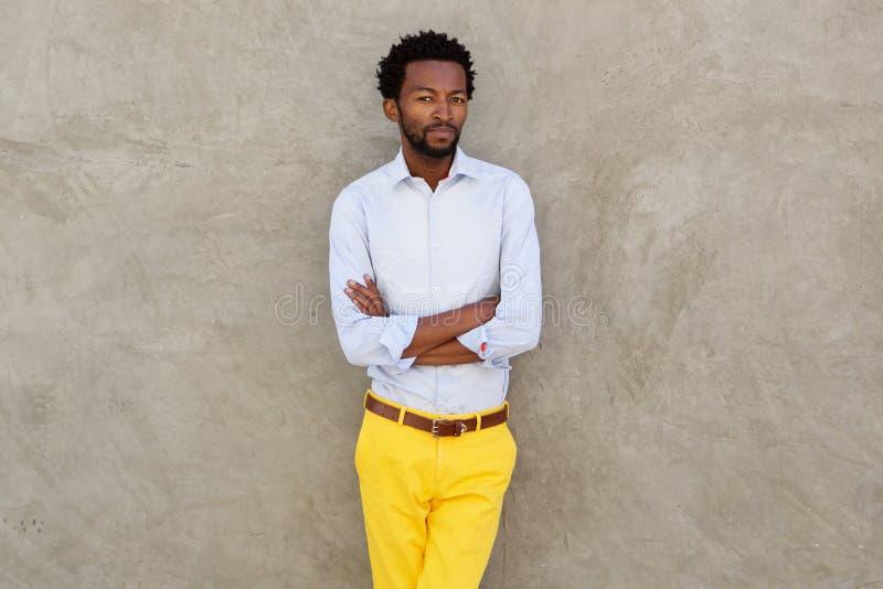 Allvarlig afrikansk amerikanman i gult stirra för byxa royaltyfria bilder