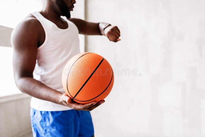 Allvarlig afrikansk idrottsmanavslutning som spelar med bollen arkivfoton