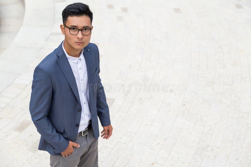 Allvarlig asiatisk man i blå väst royaltyfri foto