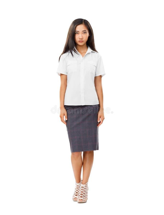 Allvarlig asiatisk oavkortad längd för ung kvinna som isoleras på vit royaltyfria foton