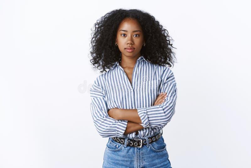 Allvarlig-att se den lyssnande klienten för kvinnan fokuserade försäkrat och att se självsäkert säkert, kan lösa arga armar för l royaltyfria bilder