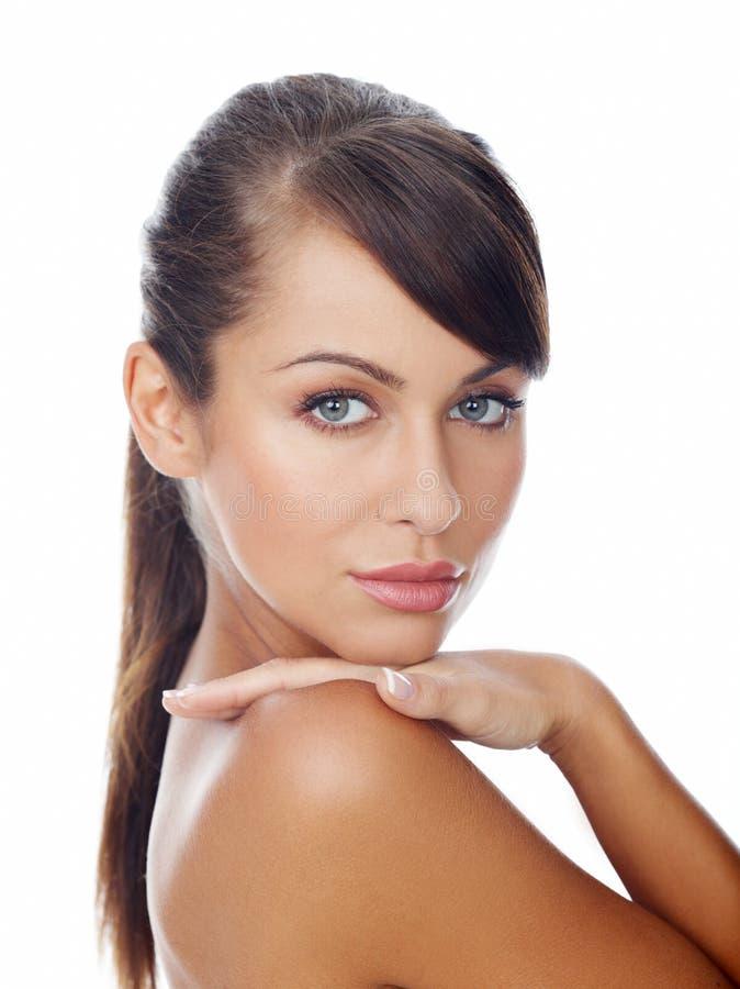 Allvarlig attraktiv kvinna med långt brunt hår royaltyfria foton