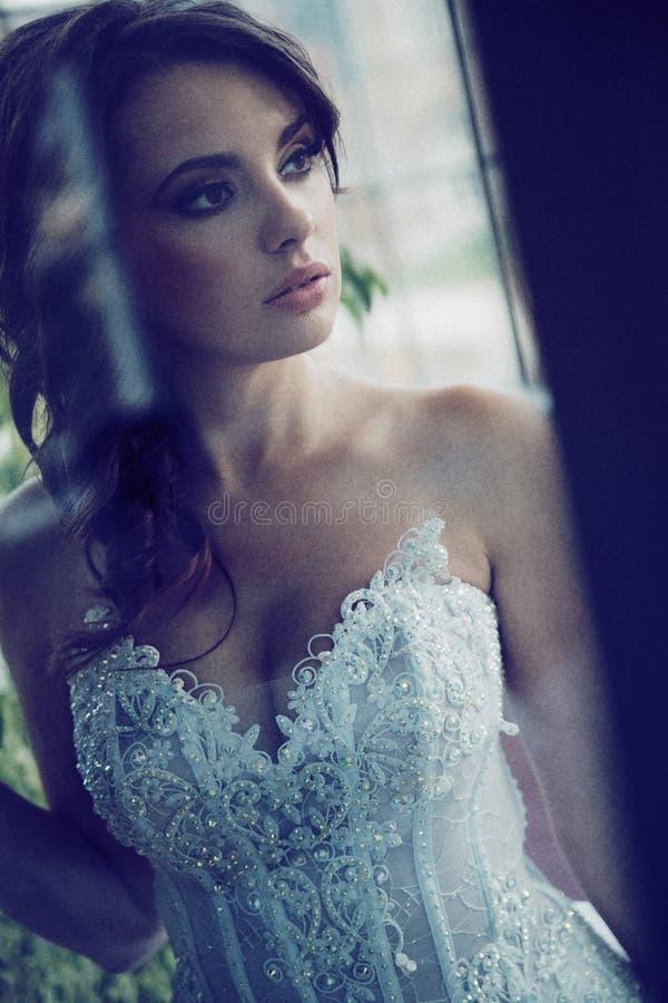 Allvarlig blick av den unga bruden royaltyfri fotografi