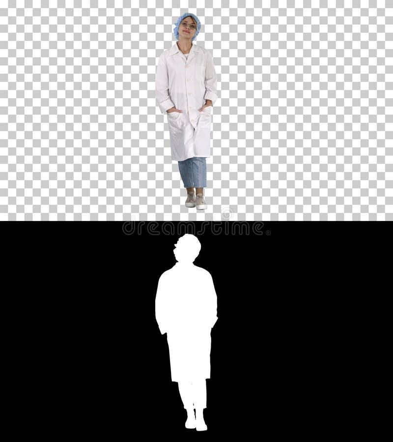 Allvarlig Caucasian ung kvinna i likformig som går, Alpha Channel royaltyfri fotografi