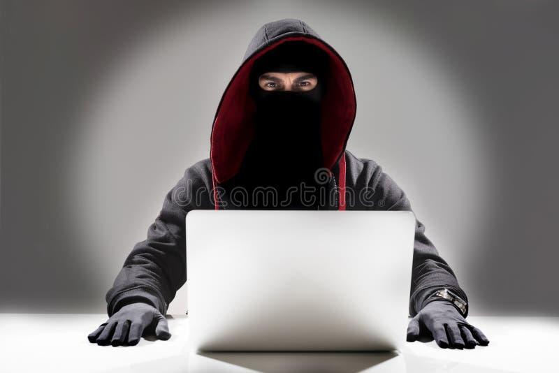 Allvarlig en hacker som stjäler information från bärbara datorn arkivbilder