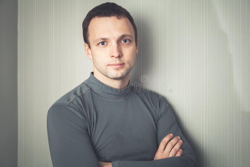 Allvarlig europeisk man i grå sportswear fotografering för bildbyråer