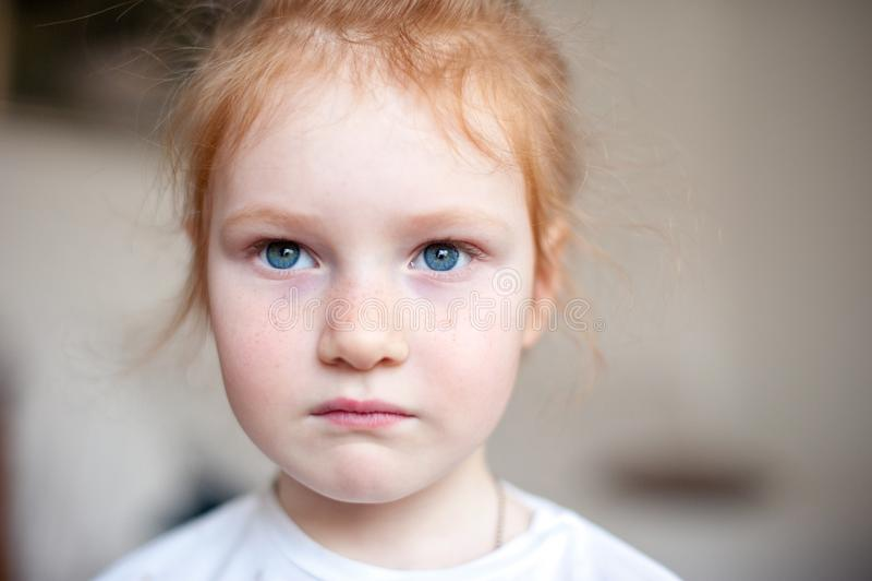 Allvarlig flicka med härliga ögon royaltyfri bild