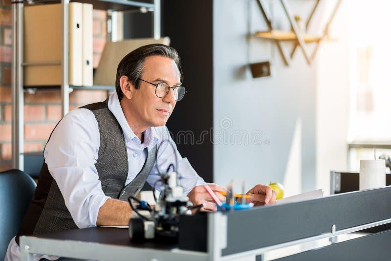 Allvarlig hög man som i regeringsställning arbetar arkivfoton