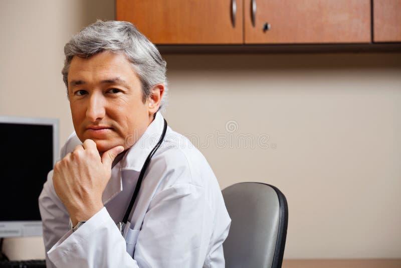 Allvarlig haka för doktor With Hand On royaltyfria foton