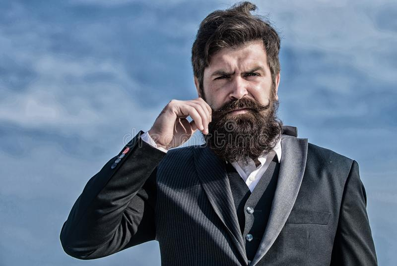 Allvarlig hipster Karismatisk man Brutal caucasian hipster med mustaschen framtida framg?ng Manligt formellt mode arkivbild