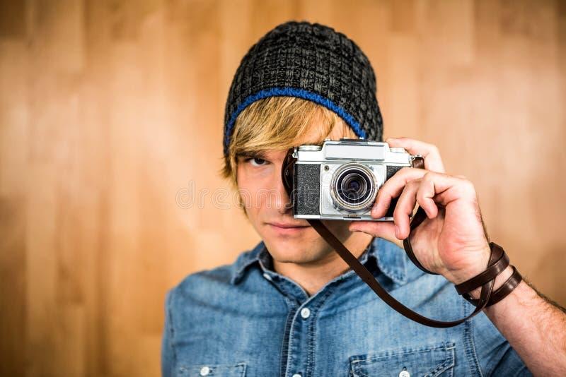 Allvarlig hipsterman som tar bilden arkivbilder