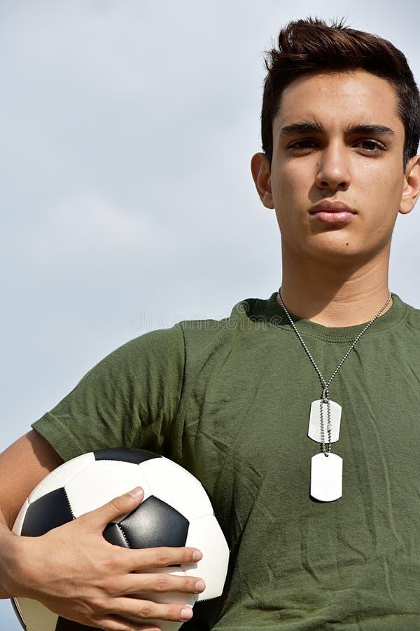 Allvarlig idrotts- latinamerikansk manlig tonårig soldat royaltyfri foto