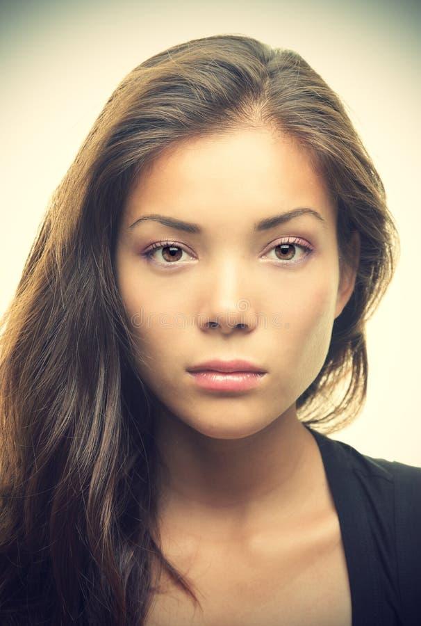 allvarlig kvinna för asiatisk härlig lookstående royaltyfri bild