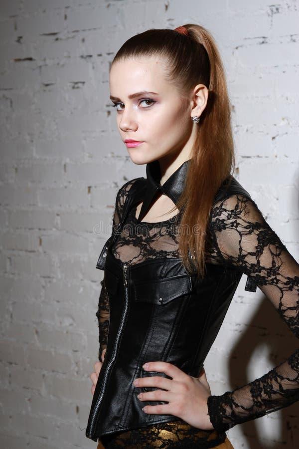 Allvarlig kvinna i svart klänningsliv arkivfoton