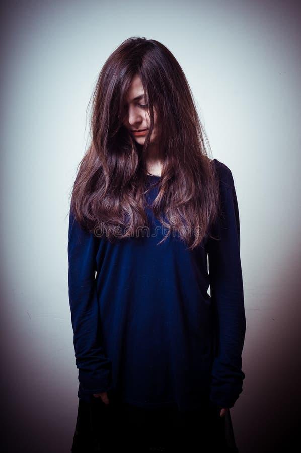 Allvarlig kvinna med långt hår arkivfoton