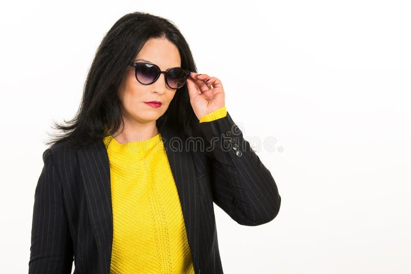 Allvarlig kvinna med solglasögon arkivfoton
