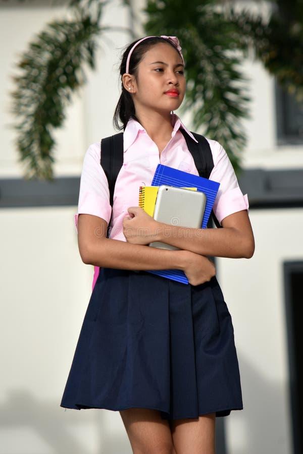 Allvarlig kvinnlig student Walking royaltyfri bild
