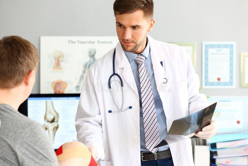 Allvarlig läkare med mannen royaltyfria bilder