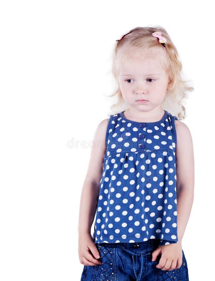 Allvarlig liten flicka 3 gamla år, isolerat på vit bakgrund. royaltyfria bilder