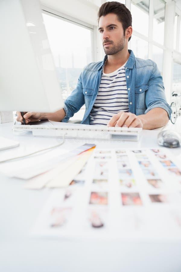 Allvarlig märkes- användande digitizer och dator arkivbild