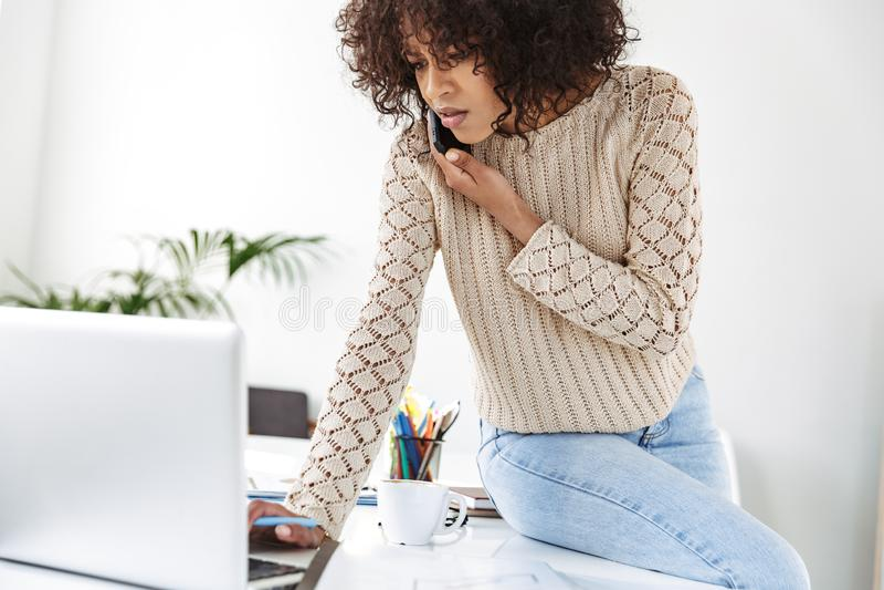 Allvarlig missnöjd afrikansk kvinna som bär i tillfällig kläder arkivfoto