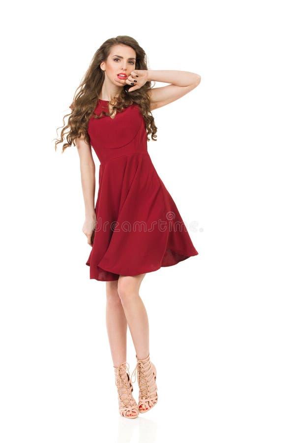 Allvarlig modemodell In Burgundy Dress och höga häl arkivbild