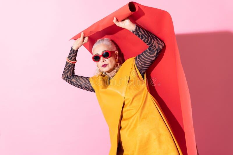 Allvarlig pensionerad kvinna som har skytte i studio arkivbilder