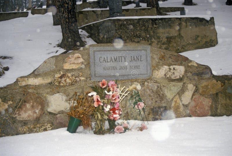 Allvarlig plats av Calamity Jane, ökänd fredlös i den monteringsMoriah kyrkogården, Deadwood, SD i vintersnö royaltyfri fotografi