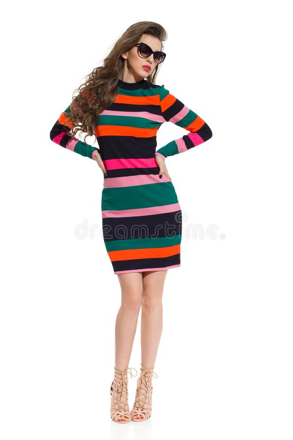 Allvarlig Is Posing With för modemodell hand på höft royaltyfri foto