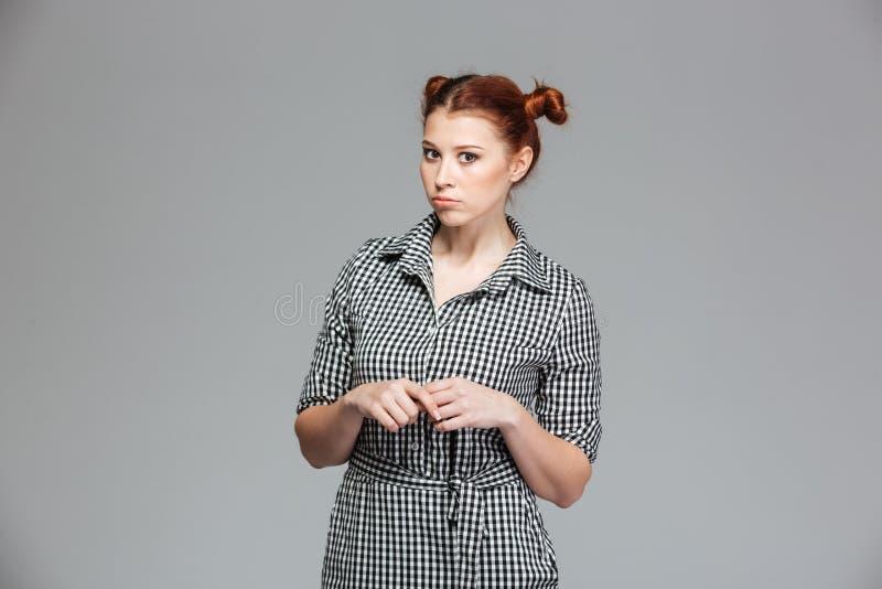 Allvarlig rolig ung kvinna i rutig skjorta royaltyfri foto