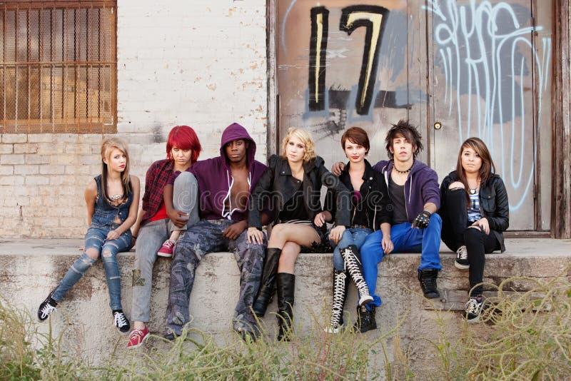 Allvarlig seende grupp av ung punk tonår royaltyfria foton