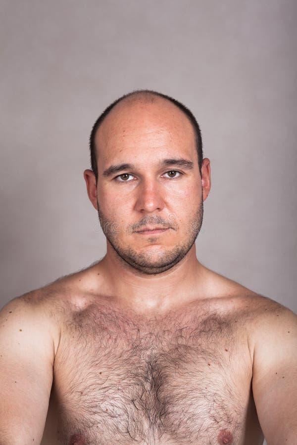 Allvarlig shirtless man med hans håriga bröstkorg royaltyfria foton