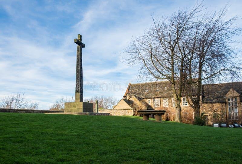 Allvarlig sten och kors i gården av den Durham domkyrkan arkivbild