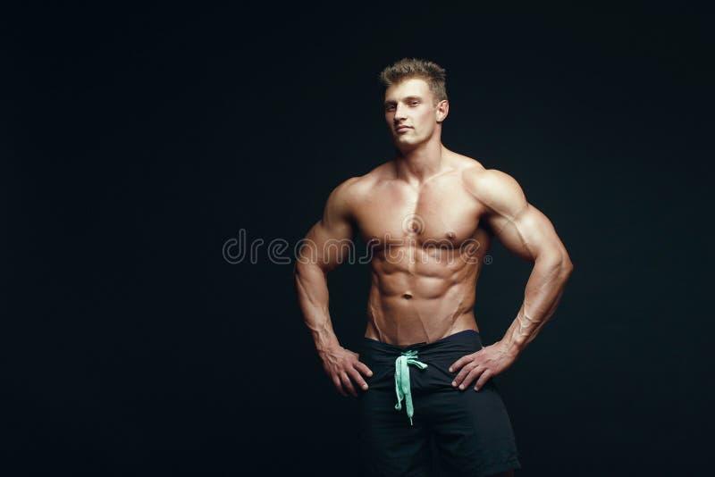 Allvarlig stilig muskulös kroppsbyggare royaltyfri foto