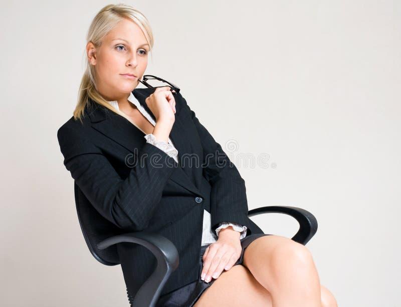 Allvarlig ung affärskvinna. royaltyfri bild